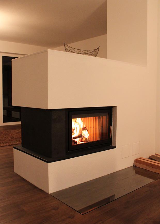 Mit Naturstein betonte Feuerstelle